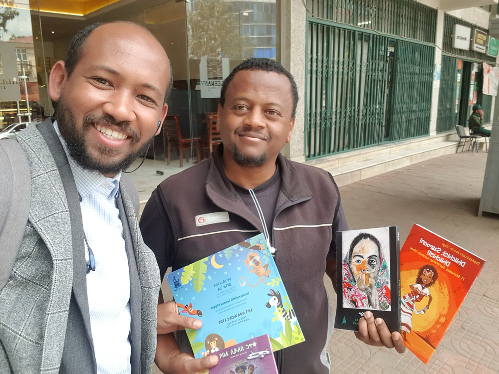 Auf dem Foto sind Ephrem Bekele (SunEko-Direktor) undMoges Aregay (Art of Buna) bei der Bücherübergabe zu sehen.