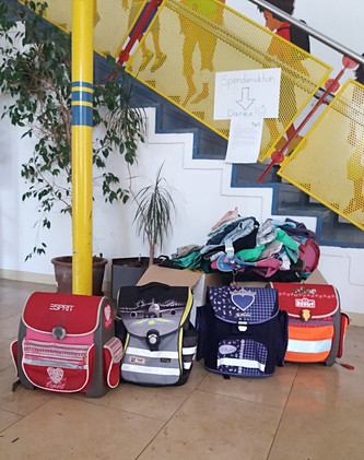 Jede Menge Schulsachen und Kleidung für den Schulstart...