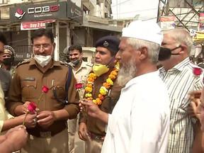 कोरोना: शाहीन बाग से CAA विरोधी प्रदर्शनकारी हटाए, लोगों ने दिल्ली पुलिस को दिया फूल
