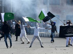 ईद की नमाज के बाद घाटी में लहराए गए पाक और IS के झंडे, हिंसा में 1 की मौत, 40 से ज्यादा घायल