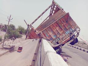 NH2 हाइवे पे मोरग से लदा ट्रक टायर फटने से  डिवाइडर से टकराई