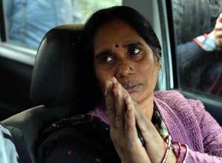 दोषियों के लिए डेथ वॉरंट की मांगते वक्त रो पड़ीं निर्भया का मां