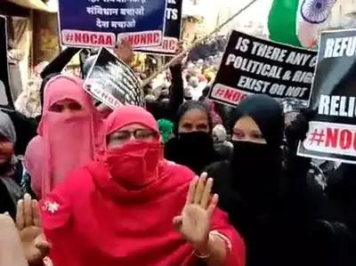CAA: कानपुर में सड़क पर जारी प्रदर्शन, महिलाएं बोलीं, 'पहले गोरों से लड़े, आज की लड़ाई चोरों से&