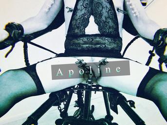 Apoline assise sur le trône de fer