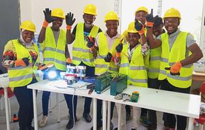 Apprenant.e.s très contents à la fin de la phase de simulation pendant la formation en entrepreneuriat solaire à Energy Generation