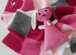 Roze sleepkonijn met babydeken