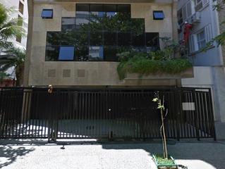 Jovem é atingida por parte de varanda de prédio