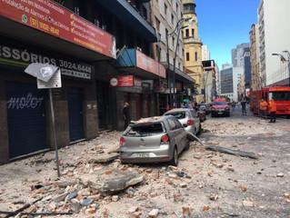 Fachada de prédio desaba no Centro Histórico de Porto Alegre