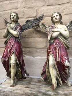 Pair of angels in wood