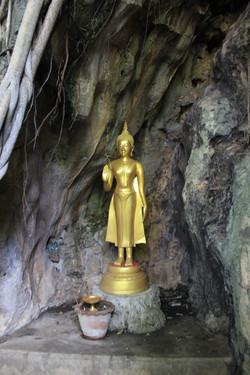 Estatua en el templo-cueva