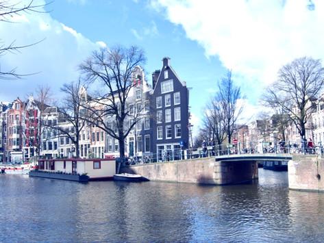Amesterdão, cidade das cores, cheiros, canais, cultura e coffee shops, onde nos sentimos sobre rodas