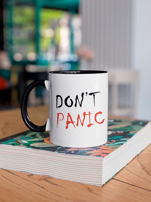 Чаша с черна вътрешост и дръжка с надпис DON'T PANIC