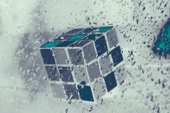Cubo en la lluvia