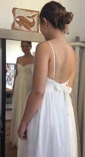 L'essayage de la robe en soie