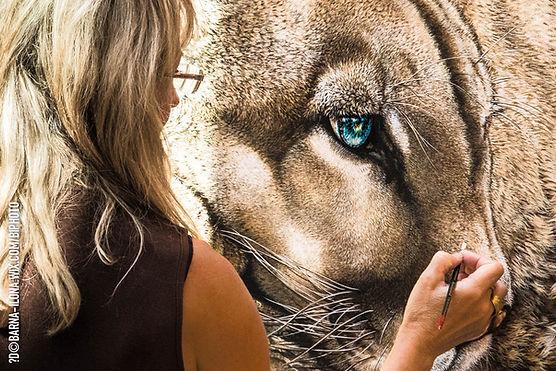 Agnès B Davis peignant un félin aux yeux bleus