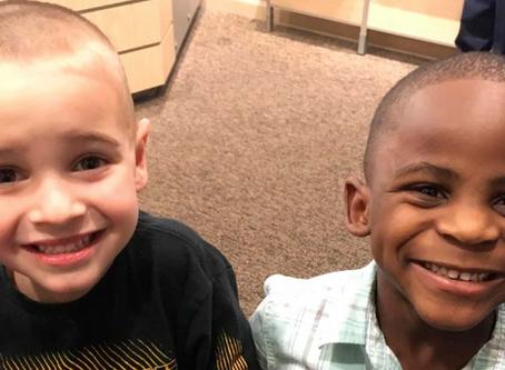 Se cortaron el cabello igual para confundir a la maestra, en su mente ellos son idénticos.