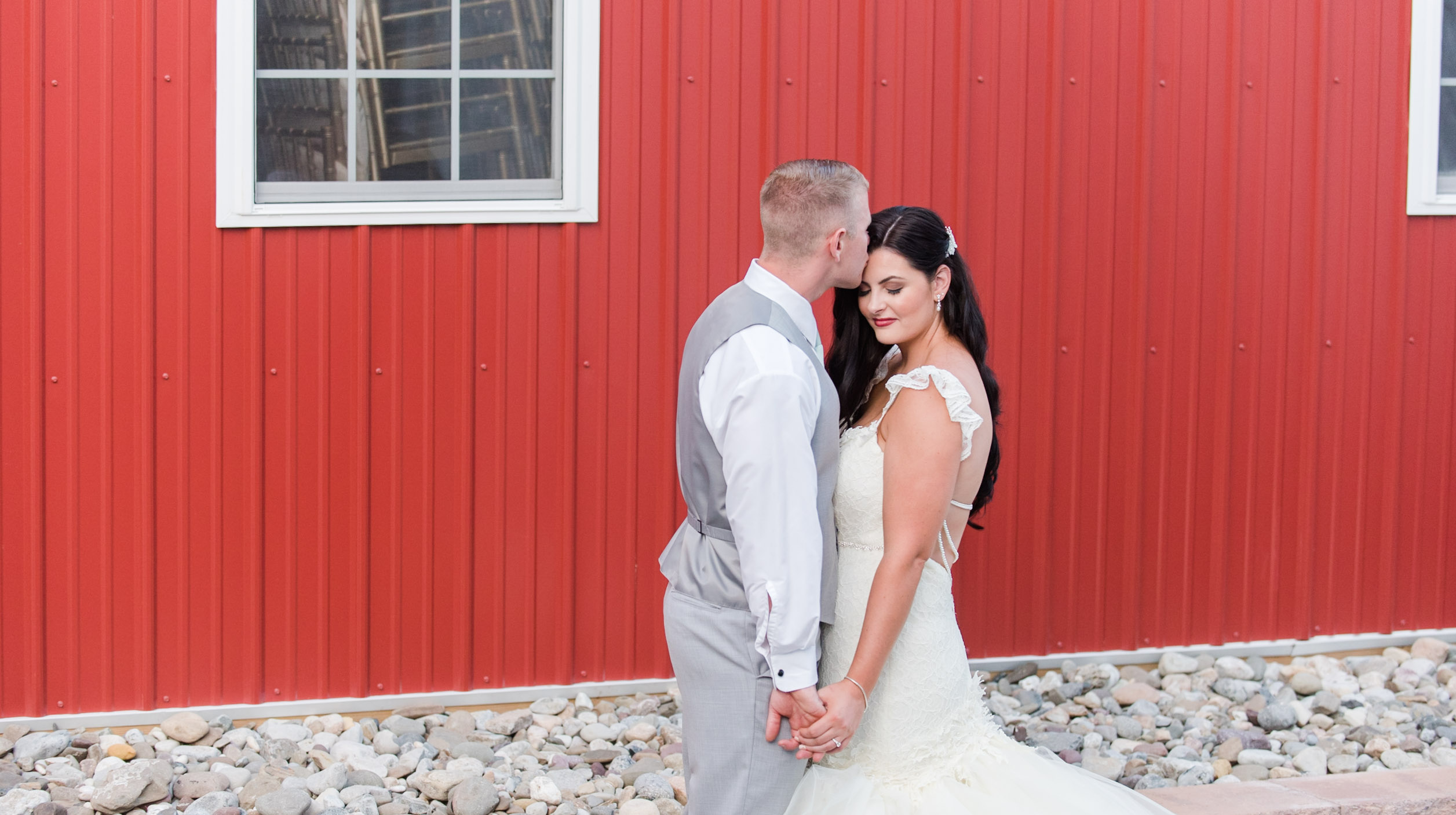 Romantic_Rustic_Wedding_Photographer_Barn_on_Bridge_Collegeville_Pennsylvania_Photographer-4