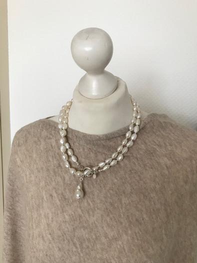 lange Perlenkette kurz zu tragen