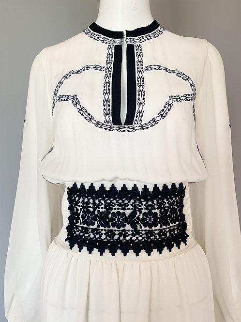 Белое платье с темно-синей вышивкой в этническом стиле