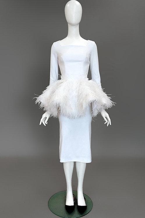 Платье с баской из перьев