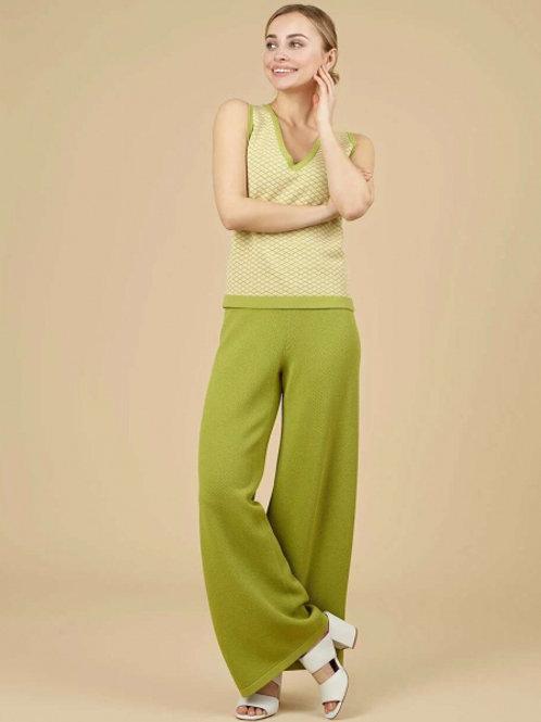 Трикотажный костюм (брюки и жилет)