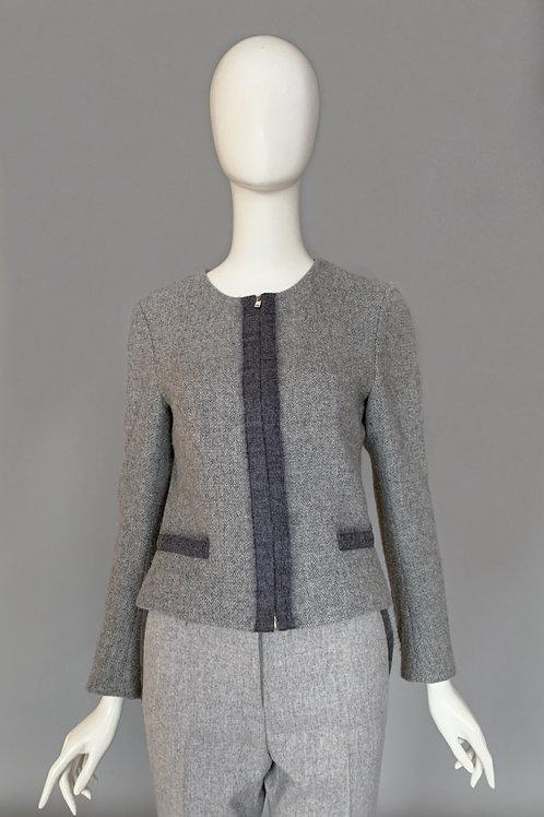 Костюм брючный из пиджака прямого на молнии и брюк прямого кроя со стрелками