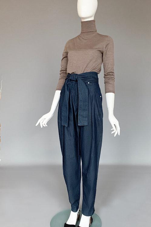 Брюки с защипами из тонкой джинсовой ткани и широким поясом