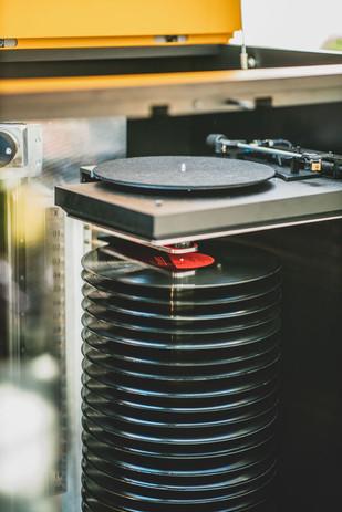 Pile de vinyles sur squelette mécanique.