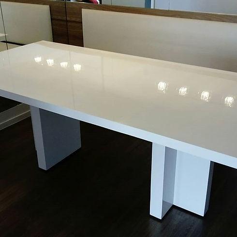 Mesa e banco laqueado em branco brilhant