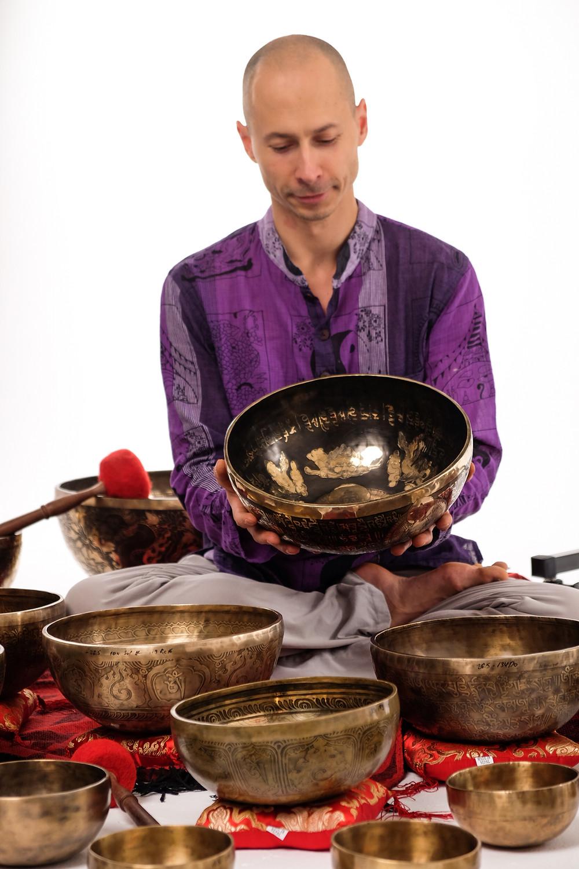 На фото представлены непальские поющие чаши для массаэжных и медитативных практик