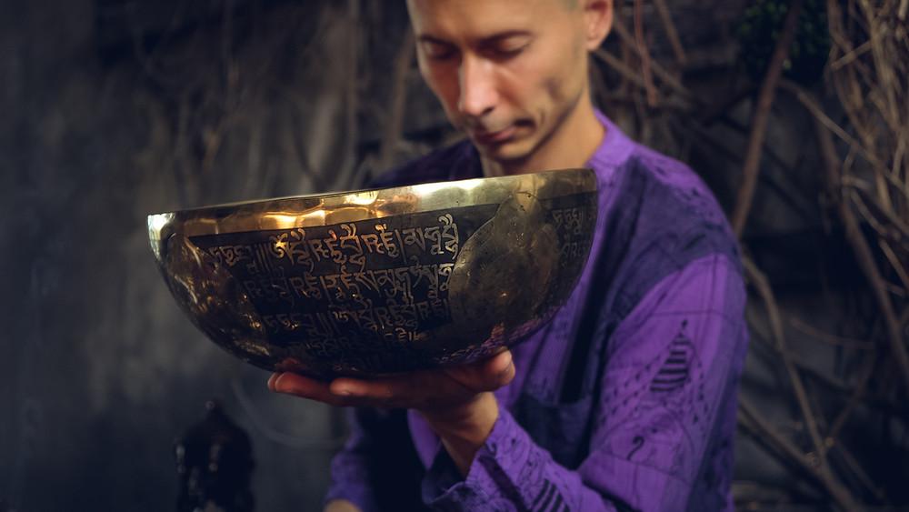 Кованая поющая чаша раота Непальского Мастера.