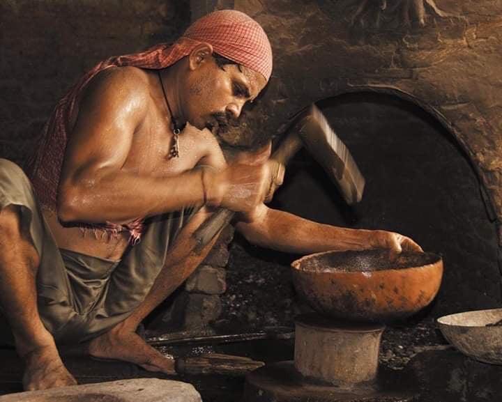 кованые поющие чаши изготавливаются в ИНдии и Непале, процесс очень длительный и трудозатратный