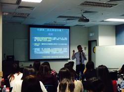 舉辦專題講座,與老師們分享提升非華語學童語文能力的的經驗與心得。