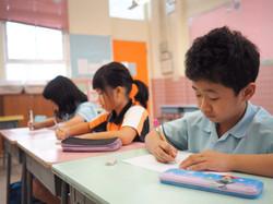 相體裁衣,為學校提供因應學童能力而設計的校本非華語學童中文課程。