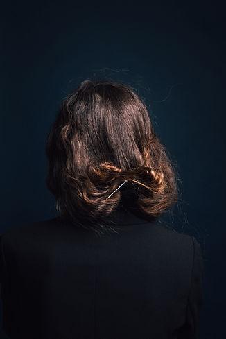 女性の頭の後ろ