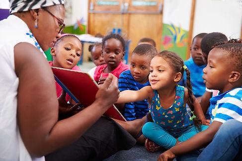 teacher-reading-a-book-with-a-class-of-preschool-children-59925590.jpg