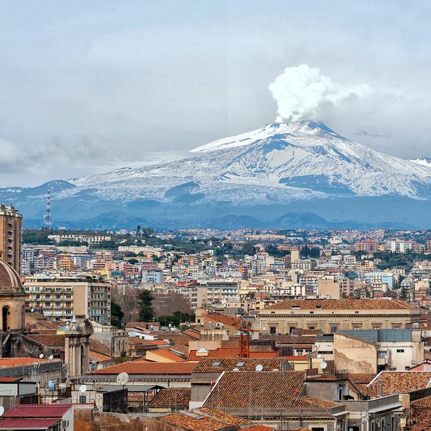 Vulcano Etna sovrasta Catania