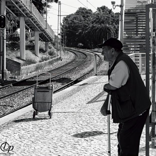 Anziano in attesa, Cascais, Portogallo