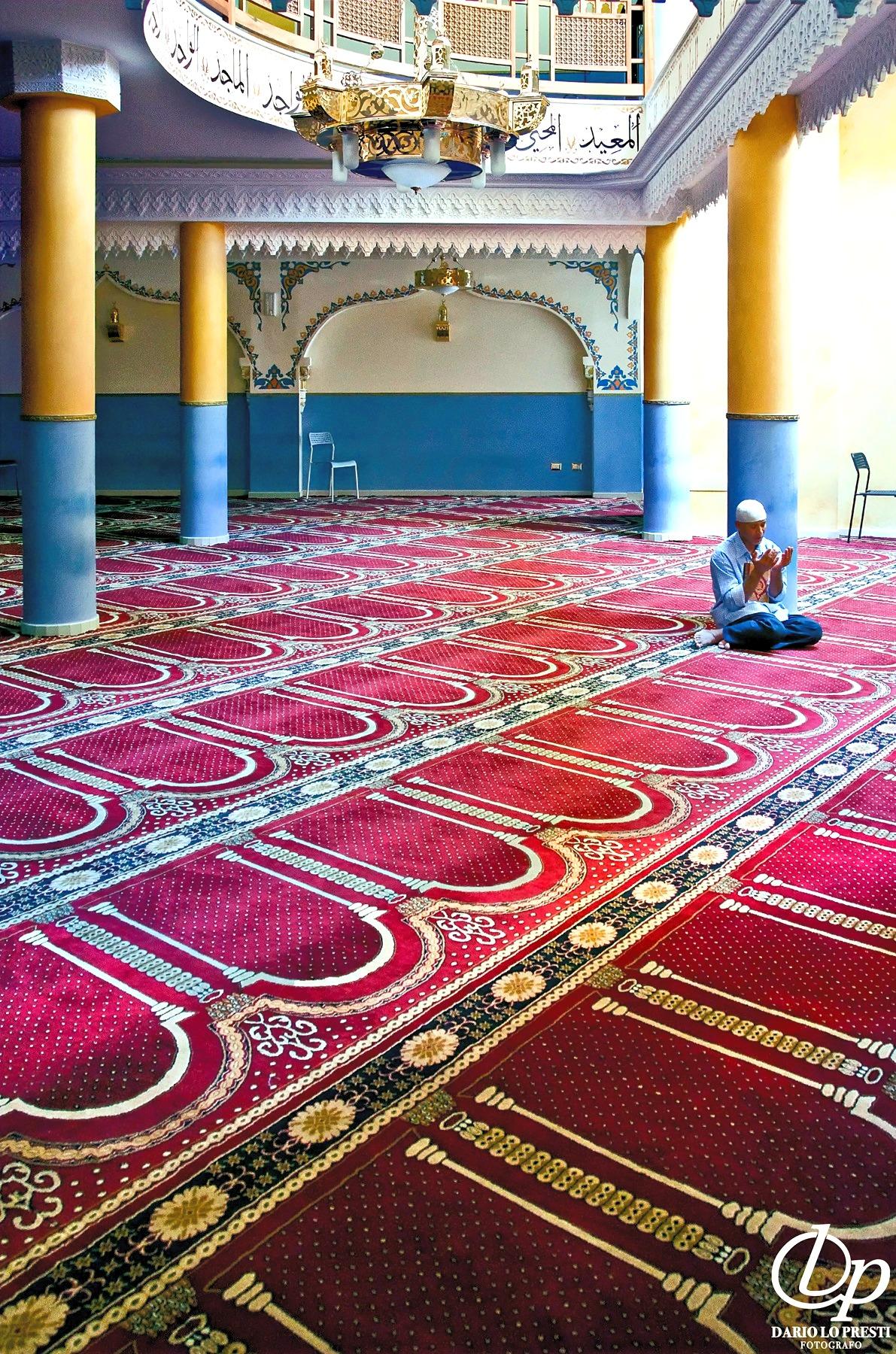 Fedele in preghiere nella moschea di Catania