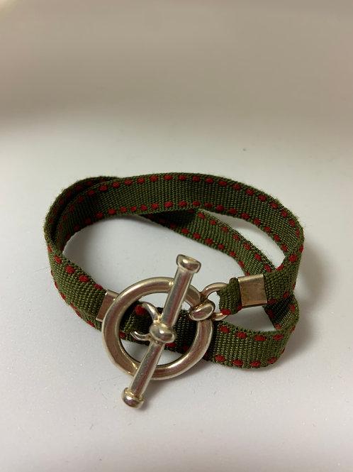 Bracelet ruban kaki surpiqûre rouge