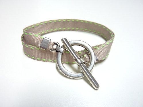 Bracelet ruban beige surpiqué vert