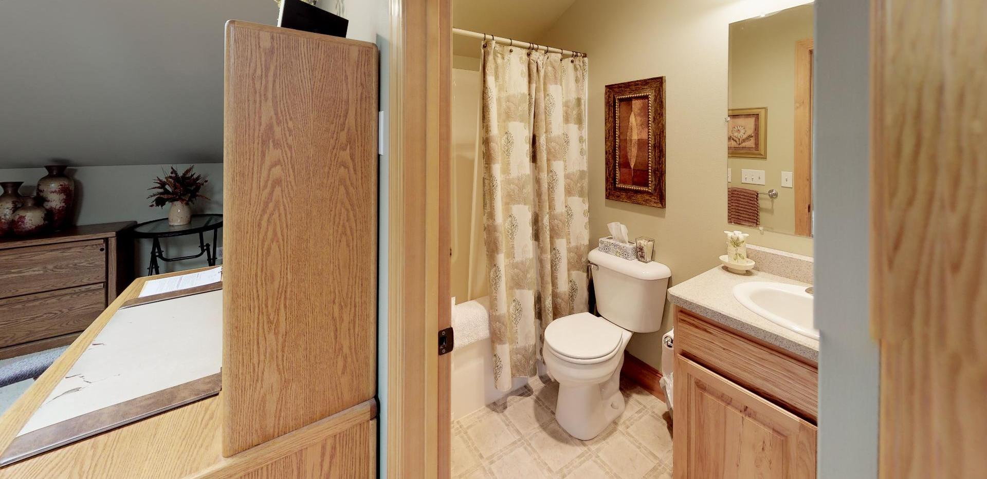 KFr8RyMwd2q - Bathroom(1).jpg
