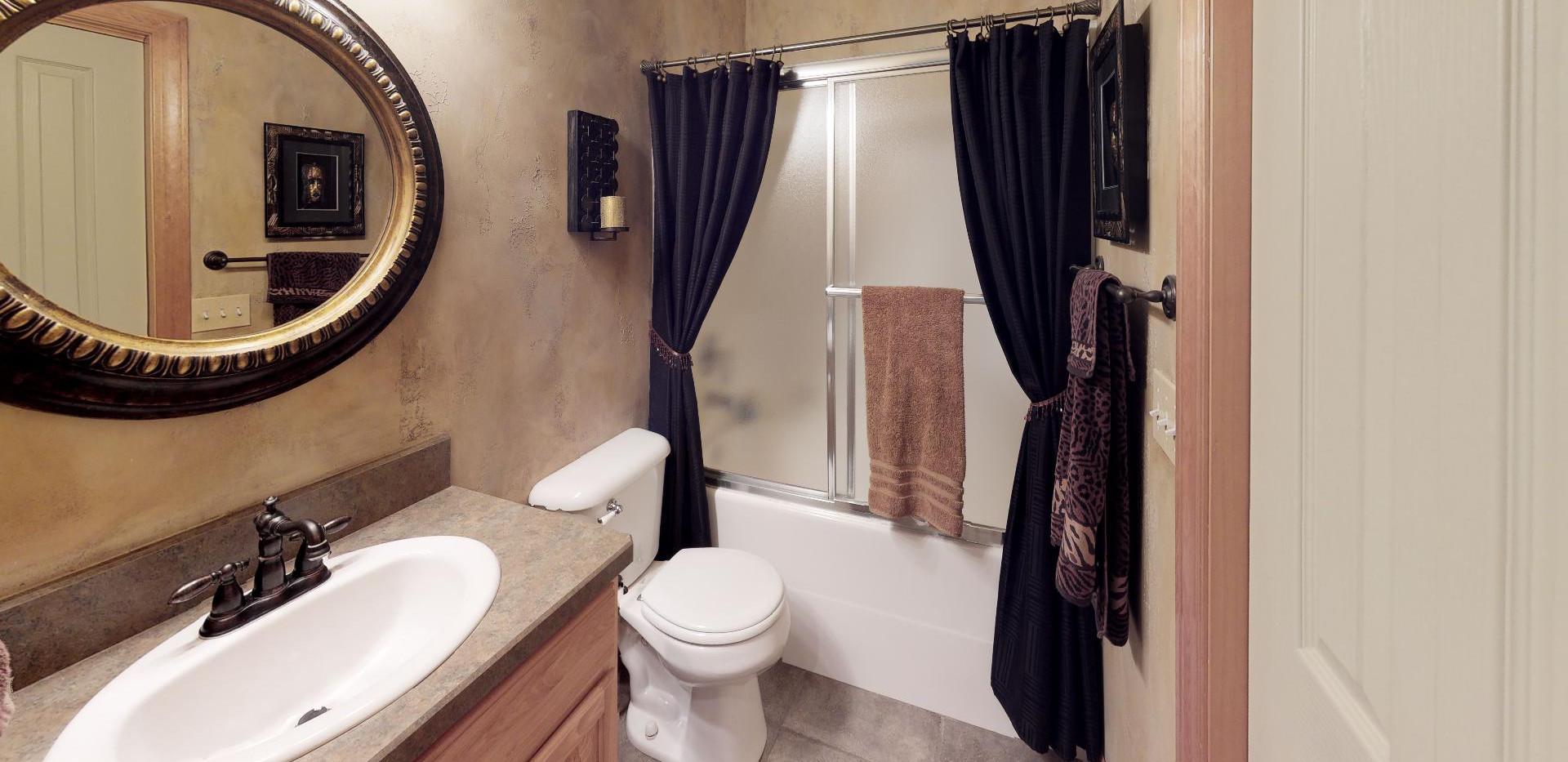KFr8RyMwd2q - Bathroom(2).jpg