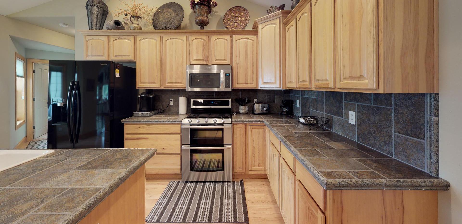 KFr8RyMwd2q - Kitchen.jpg