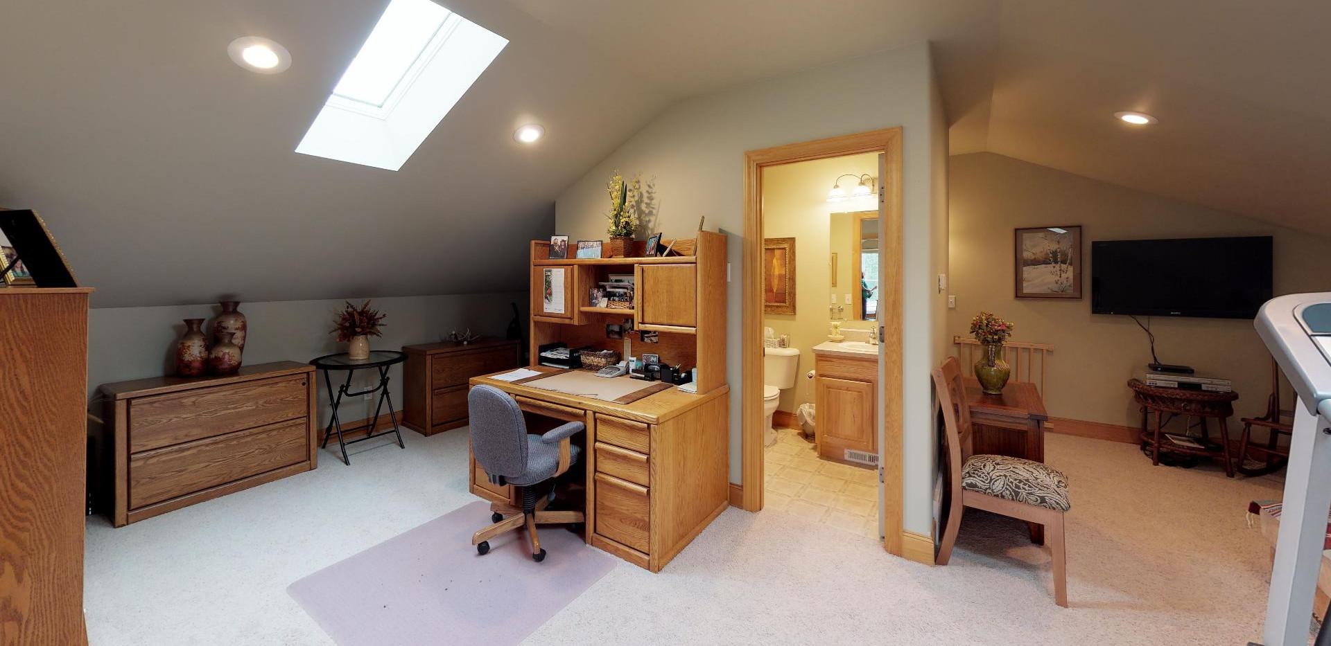 KFr8RyMwd2q - Bedroom.jpg