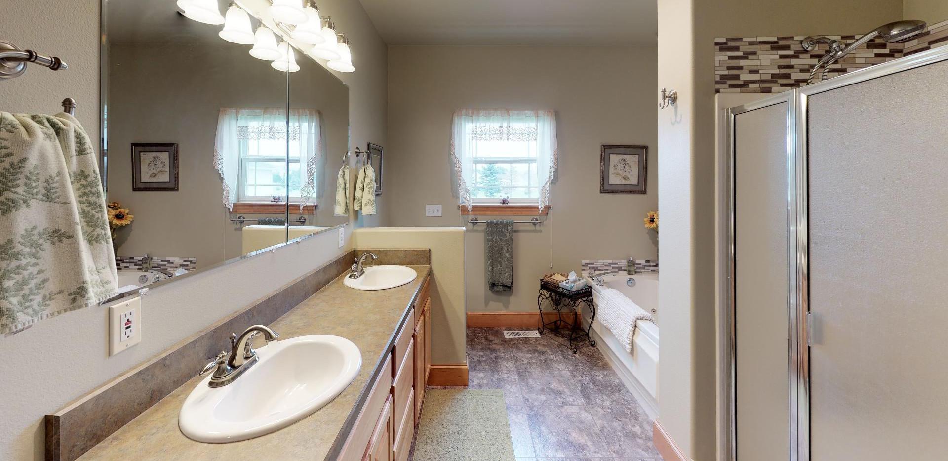 KFr8RyMwd2q - Bathroom.jpg