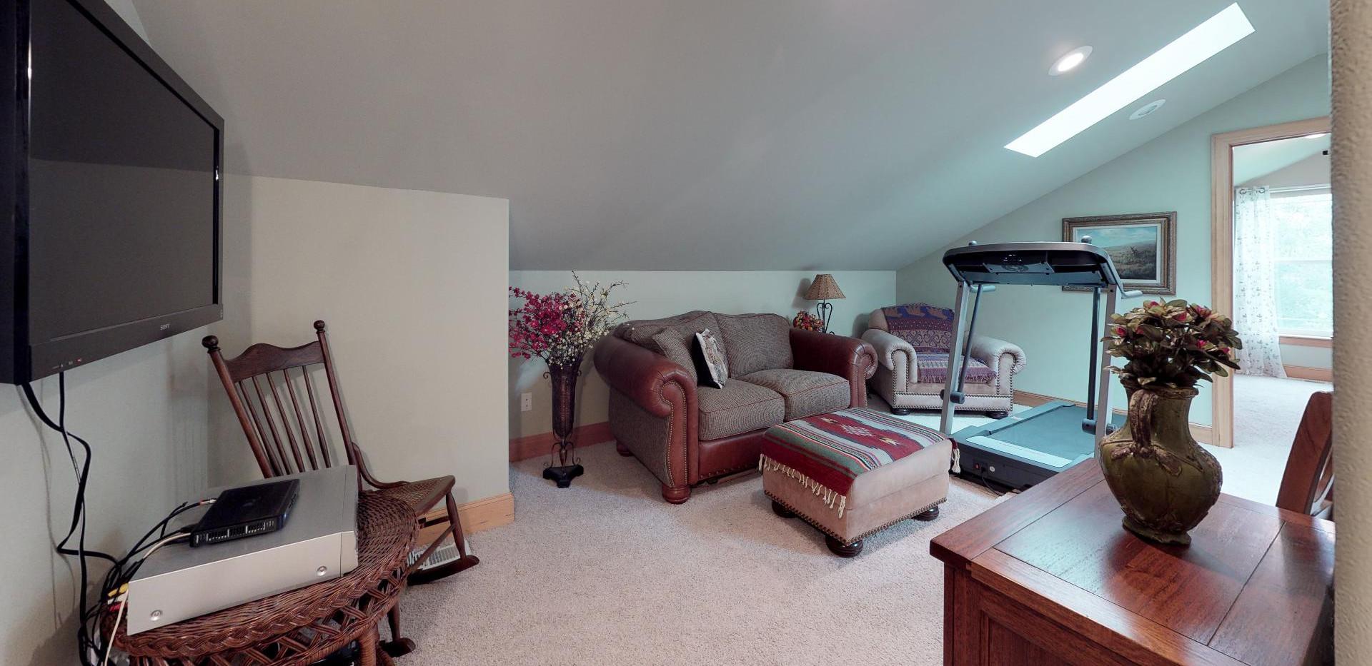 KFr8RyMwd2q - Bedroom(1).jpg
