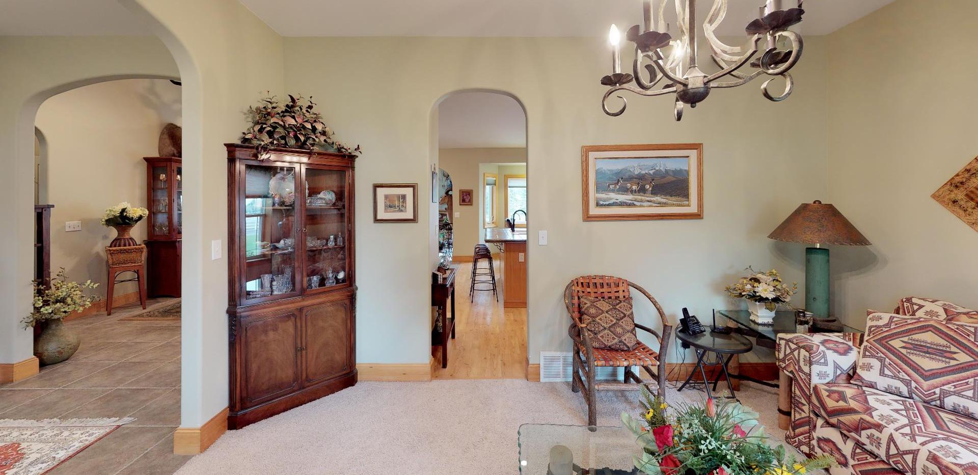 KFr8RyMwd2q - Living Room(1).jpg