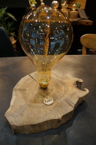Lampe AURÉLIE. Globe Vintage sur Socle Noyer