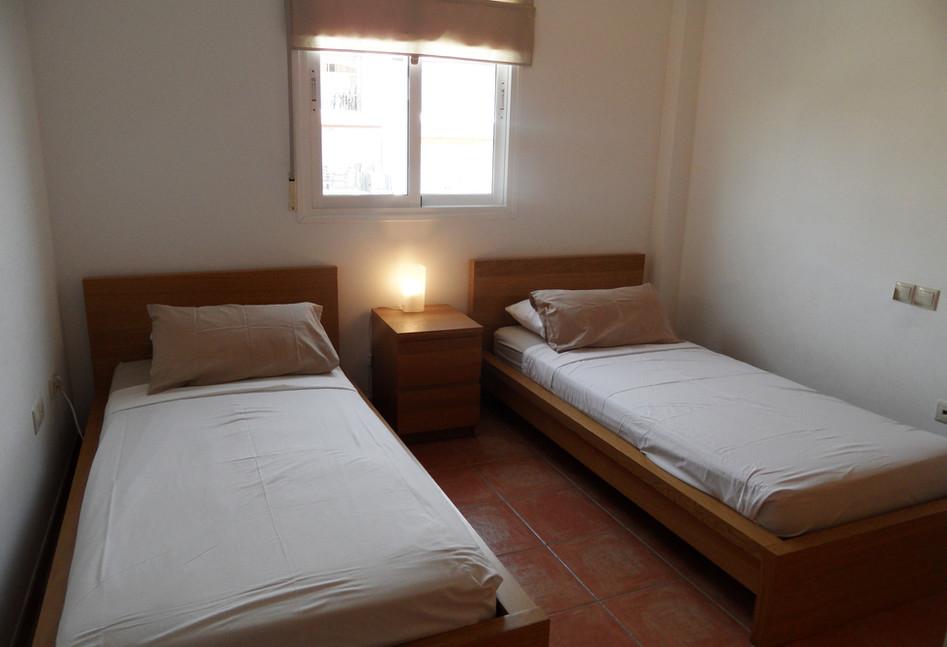 402b_bedroom2.jpg